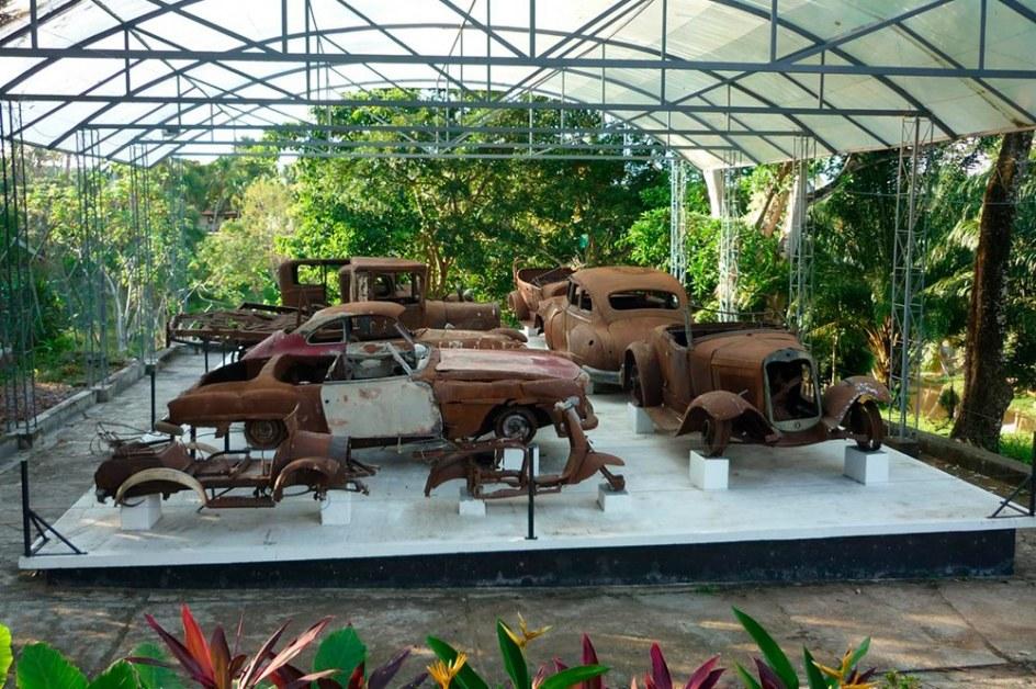 En la Hacienda Nápoles, ahora Museo Casa Pablo Escobar, hay dos museos de coches, uno de ellos es una lujosa colección de coches símbolo de su ostentación y liderazgo en el mundo y esta otra colección de coches en la que sólo queda la chatarra y la historia que hay detrás de cada uno.
