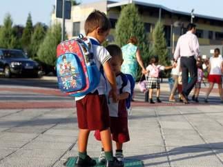 Niños con uniformes escolares