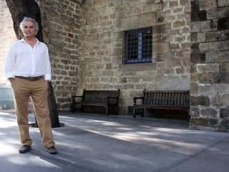 El escritor barcelonés Ildefonso Falcones retratado en las Drassanes de Barcelona, uno de los escenarios de la continuación del 'bestseller' 'La Catedral del Mar', titulada 'Los herederos de la Tierra' y publicada el pasado 31 de agosto por Grijalbo y Rosa dels Vents.