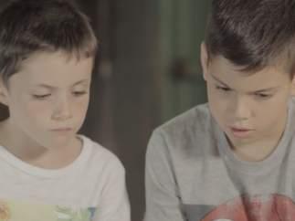Niños viendo un vídeo