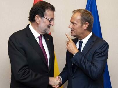 Mariano Rajoy saluda al presidente del Consejo Europeo, Donald Tusk