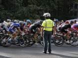 Ciclistas controlados por la Guardia Civil.