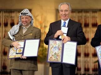 Isaac Rabin, Simón Peres y Yasser Arafat recibiendo el Nobel de la Paz tras los acuerdos de Oslo.