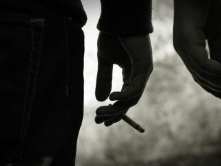 Un mano con un cigarrillo