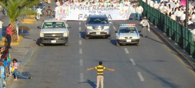 Un niño ante la manifestación