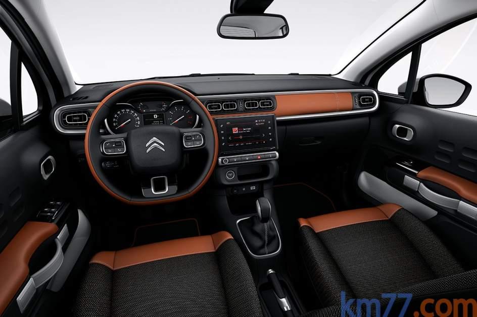 Interior del Citroën C3. El nuevo C3 tiene tres niveles de equipamiento posibles: Live, Feel y Shine. Tienen elementos comunes como la alerta de cambio involuntario de carril, el programador de velocidad, ordenador de viaje o un sistema de reconocimiento de señales de tráfico. Más información del Citroën C3.