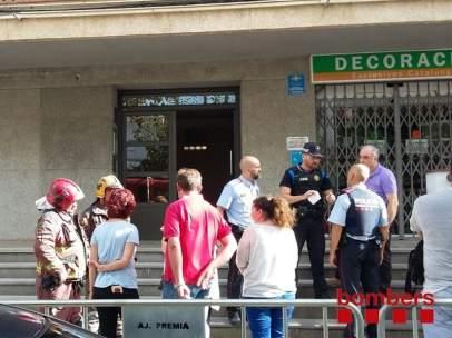 Vecinos del bloque desalojado de Premià de Mar acceden a recoger pertenencias