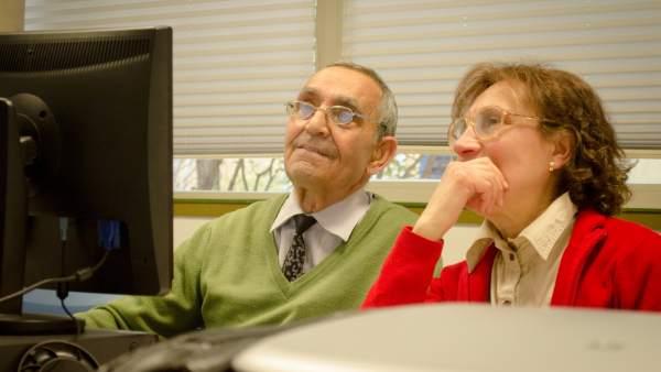 Dos pensionistas, durante un curso de formación para mayores.