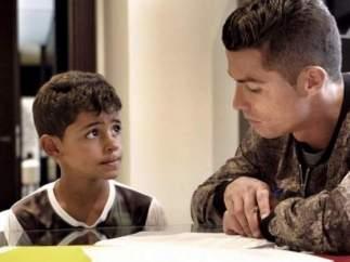 Ronaldo haciendo deberes con su hijo