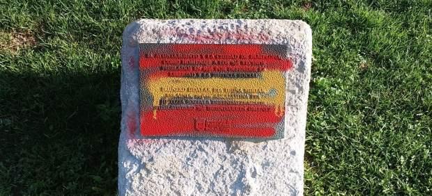 Pintada con la bandera de España en la placa de homenaje a fusilados en Pamplona