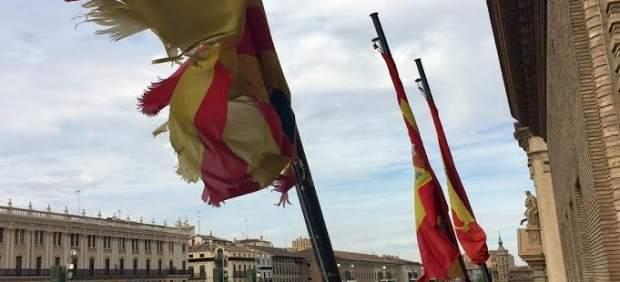 Bandera deteriorada en el balcón del Ayuntamiento