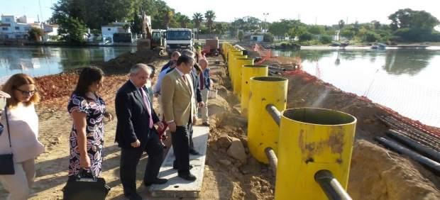 Antonio Sanz  visita la barrera antinarcos en el río Guadarranque