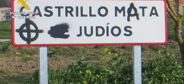 Detalle de las pintadas aparecidas en un cartel de la localidad.