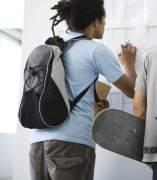 Estudiantes mirando un tablón de notas.