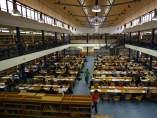 Estudiantes preparándose los exámenes en la biblioteca.