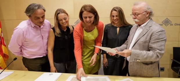 La alcaldesa de Girona, Marta Madrenas, recibiendo el fondo de Francina Boris.
