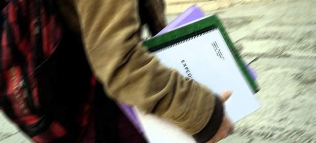 Estudiante con libros en la mano.