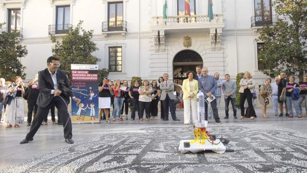 Francisco Cuenca prueba una de las actividades de la Noche de los Investigadores