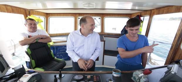 Leiceaga en un barco camino a una batea, en la capaña del PSdeG el 25S