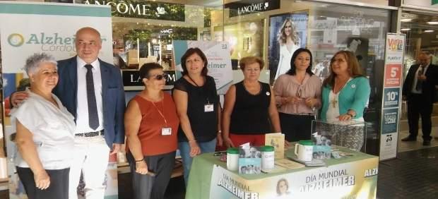 Ruiz, Crespín y Luna visitan la mesa informativa sobre Alzheimer