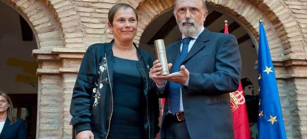 Uxue Barkos con Paco Etxeberria en entrega de reconocimiento en Tudela.