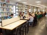 Alumnos en la biblioteca.