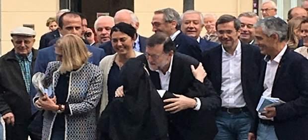 Rajoy durante un paseo por Lugo en la campaña gallega, junto a una monja