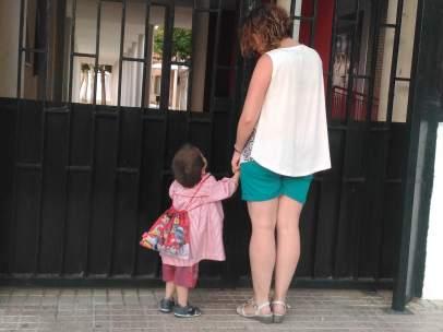 Javier y su madre, a las puertas del colegio
