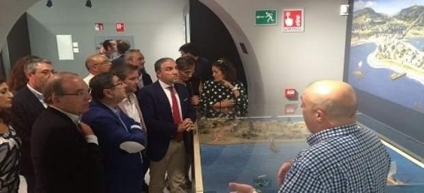 Elías Bendodo en una visista a Vélez-Málaga