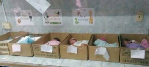 Bebés en cajas de cartón en Venezuela