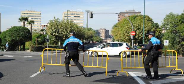 Policías municipales colocan vallas durante el Día sin Coche