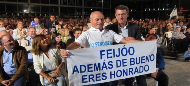 Feijóo en A Coruña con su 'mayor fan' de Carballo, campaña 25S