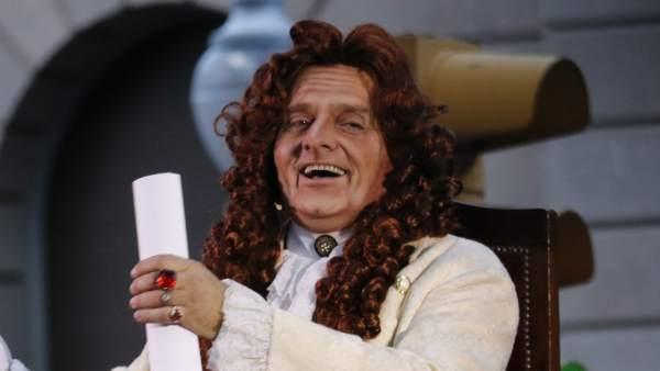 El actor Toni Albà caracterizado como Rey Felipe V.
