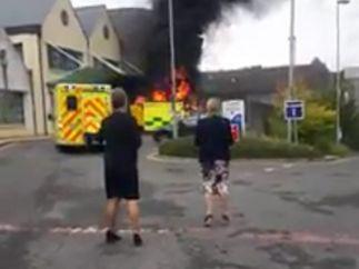 Una ambulancia ardiendo