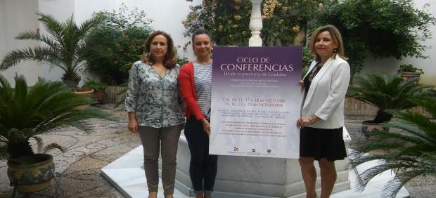 Guijarro, entre Mérida (dcha.) y Nadales, presenta el ciclo de conferencias