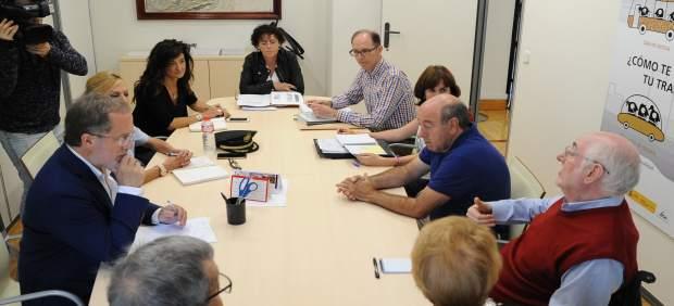 Reunión de varios concejales de Valladolid con vecinos de Las Flores