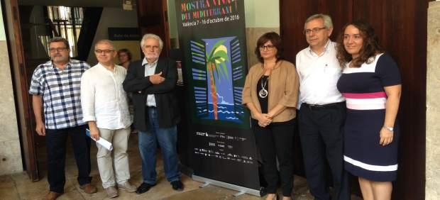 Representantes de la Mostra Viva y las instituciones posan junto al cartel