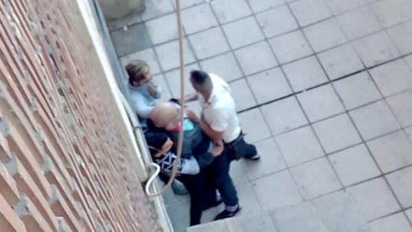 Tres jóvenes roban con violencia a un anciano