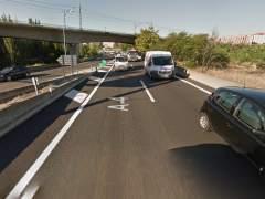 Retenciones en la M-40 de Madrid tras volcar un camión de arena