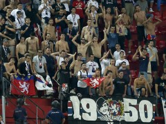 Los ultras del Olympique de Lyon la lían en Sevilla