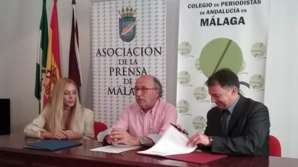 Repreentantes de la APM y el Colegio de Periodistas en la firma del convenio