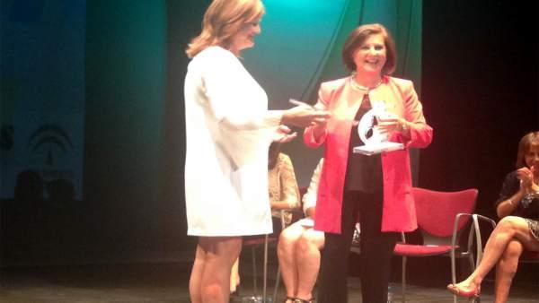 Valdivielso recibe de Sánchez Rubio el premio a la residencia Santa Teresa.