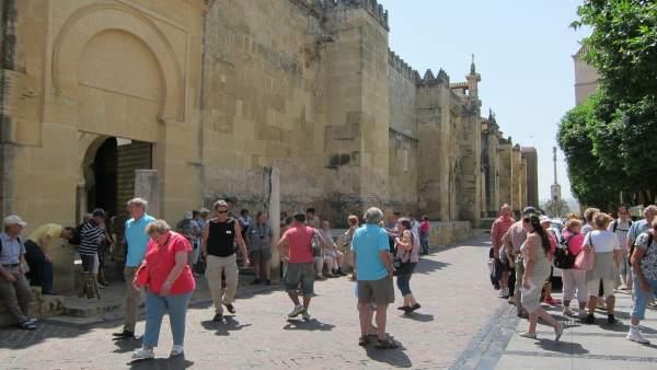 Turistas junto a la Mezquita