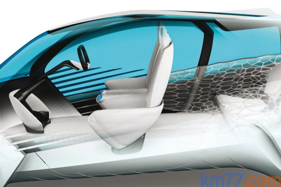 El interior está hecho con piezas fabricadas mediante impresión en tres dimensiones. En el parabrisas y en la luna trasera, una serie de símbolos anuncian el estado en el que se encuentra el coche durante el estacionamiento.