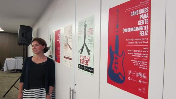 Sanjurjo, junto a los carteles de actividades previas a la semana de Los Premios