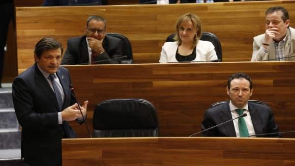 Javier Fernández responde en el Pleno.