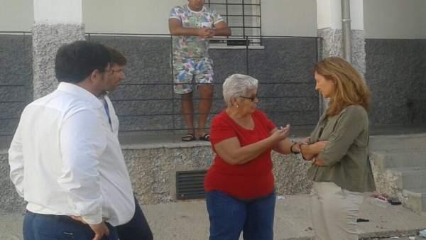 La diputada del PP Alicia Martínez visita una barriada de Lora del Río (Sevilla)