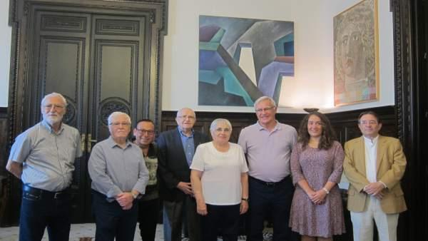 Ribó y Tello junto a los artistas y miembros de la Real Academia de Bellas Artes
