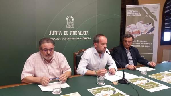 Algar (centro) durante la presentación de las actividades