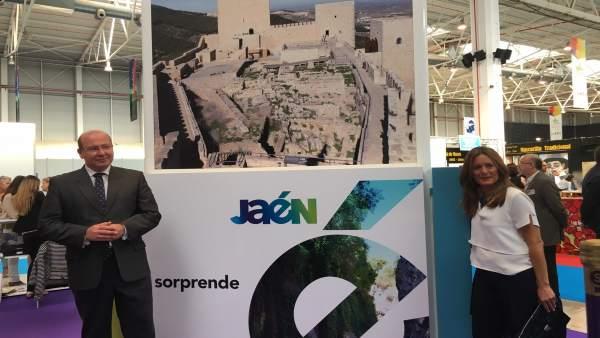 Márquez y Morales de Coca, ante el nuevo logotipo turístico de Jaén.